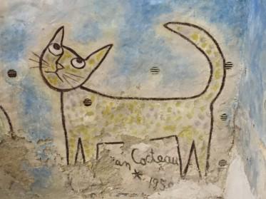 la signature de Cocteau, dans la chapelle qu'il a peinte à Milly-la-Forêt…